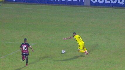 Ronaldo! Goleiro faz linda defesa no chute de Diego Tavares, aos 39 do 1º tempo