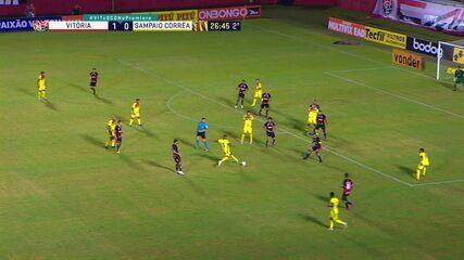 André Luiz arrisca de fora e goleiro espalma, aos 26 do 2º tempo