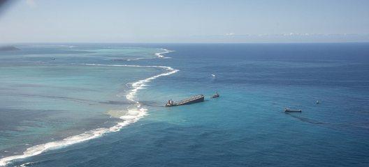 Ilhas Maurício declara emergência ambiental após derramamento de óleo no mar