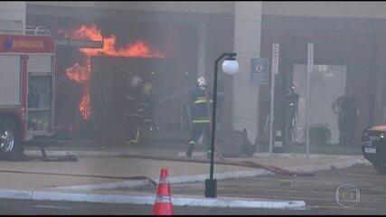Bombeiros enfrentam incêndio em shopping de Maringá (PR)