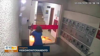 Câmeras do prédio flagraram a mulher em chamas pedindo ajuda no ES