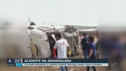 Carreta invade pista contrária da SP-330, bate em muro e tomba em Porto Ferreira