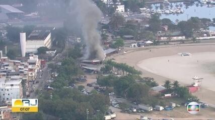 Incêndio atinge quiosque no piscinão de Ramos