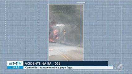 Caminhão-tanque tomba e é atingido por fogo na BA-026, no sudoeste da BA