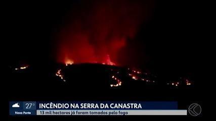 Bombeiros estimam que cerca de 13 mil hectares já queimaram na Serra da Canastra