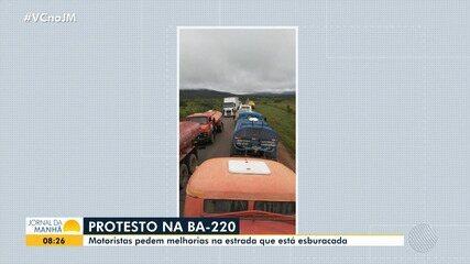 Motoristas de caminhões-pipa protestam contra as más condições de estrada na região norte