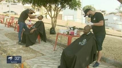 Amigos barbeiros cortam cabelo e fazem barba de moradores de rua de graça em Varginha (MG)