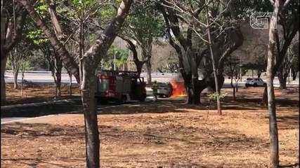 Carro pega fogo na Asa Norte, em Brasília