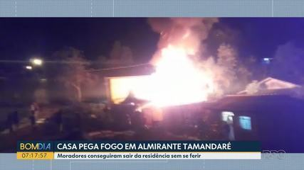 Casa pega fogo em Almirante Tamandaré