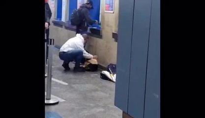 Rapaz tira a camisa para esquentar cachorro tremendo de frio no Terminal Jabaquara