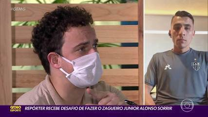 Repórter tenta fazer o zagueiro Junior Alonso, do Atlético-MG, sorrir
