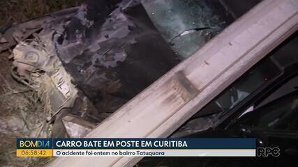 Carro bate em poste em Curitiba