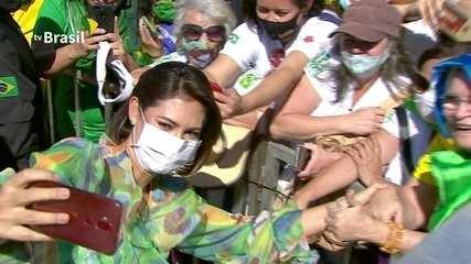 Michelle Bolsonaro tira selfies com público presente em comemoração do Sete de Setembro