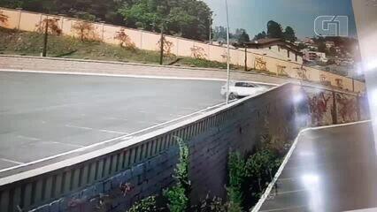 Vídeo mostra motorista batendo carro em muro e caindo do alto de estacionamento de igreja