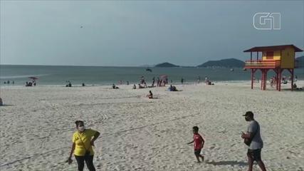 Mesmo após ação da guarda, alguns banhistas permaneceram na praia em Canasvieiras