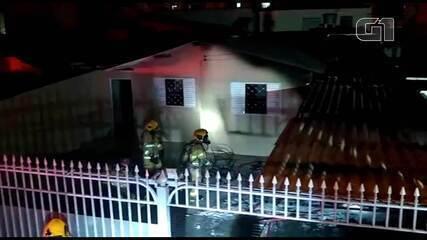 Carro em garagem residencial pega fogo no Guará II, no DF