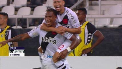 Gol do Vasco! Benítez cruza na área, Benevenuto fura a bola e Ribamar abre o placar, aos 35' do 1° tempo