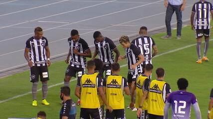Gol do Botafogo! Babi arrisca de fora da área e marca um golaço, aos 03' do 2° tempo
