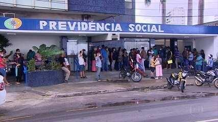 Filas, reclamações e falta de médicos peritos marcam reabertura das agências do INSS