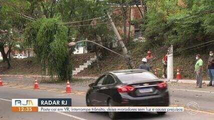 Galho atinge fiação e derruba poste na Rodovia dos Metalúrgicos, em Volta Redonda