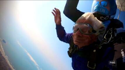 Seu Benício, 82 anos, realiza sonho de saltar de paraquedas