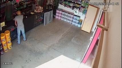 Câmeras de segurança flagram dupla assaltando loja de materiais de construção em Sorocaba