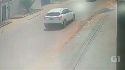 Vídeo mostra outro ângulo de gata saindo debaixo do carro