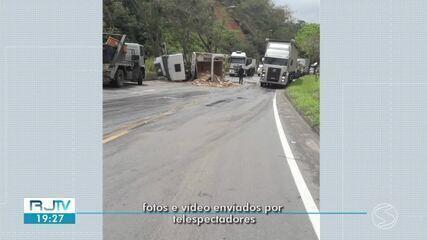 Caminhão tomba e interdita metade da pista da Rodovia dos Metalúrgico, em Volta Redonda