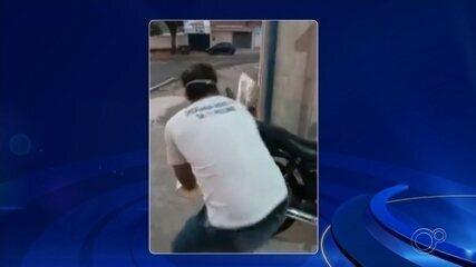 Funcionário de farmácia joga água em homem que dormia na calçada em Itu