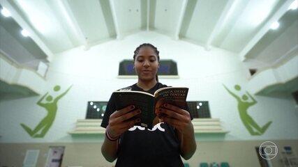 Técnico Bernardinho cria biblioteca em ginásio para incentivar a leitura