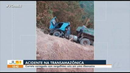 Carreta tomba e cai em ribanceira na rodovia Transamazônica, no Pará