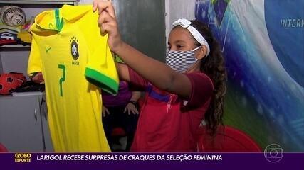 Lari Gol é surpreendidas por estrelas da seleção feminina de futebol