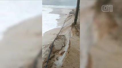 Mar avança e 13 casas são interditadas em Arraial do Cabo, no RJ