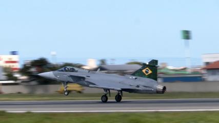 Caça Gripen da FAB decola de SC em primeiro voo no Brasil