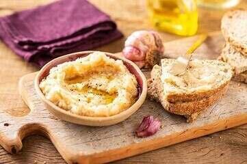 Pasta de alho assado e Geleia de cebola com vinho tinto