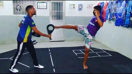 Professor faz aula experimental de taekwondo com surdo para projeto de inclusão
