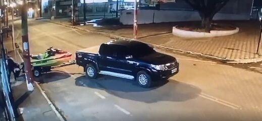 Vídeo mostra furto de moto aquática dentro de loja de Nova Serrana