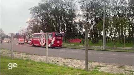 Torcedores do Inter protestam na chegada da delegação ao Beira-Rio
