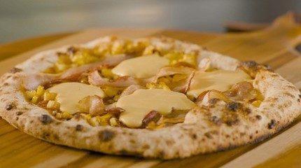 Pizza de cheddar, bacon e milho