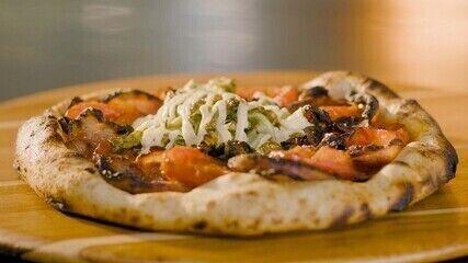 Pizza de bacon, alface e tomate