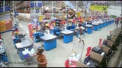 Prateleiras desabam dentro de supermercado em São Luís