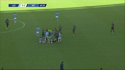 Expulso! Immobile sofre falta de Vidal, responde com tapa e recebe o vermelho, aos 23 do 2º tempo