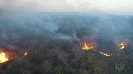 Bombeiros combatem o fogo nos arredores de uma área que é patrimônio da humanidade