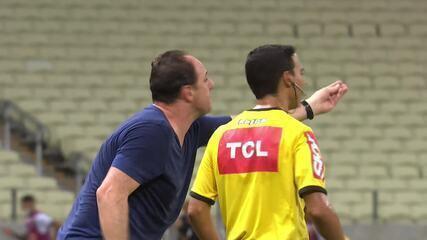 Árbitro Sávio Pereira Sampaio dá amarelo para Ceni e Sasha após desentendimento