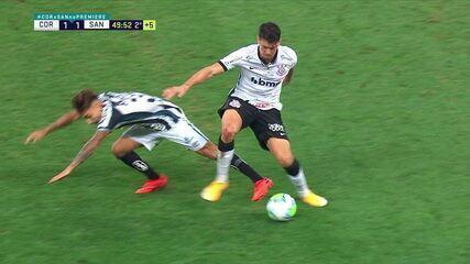 Danilo Avelar cai no chão após trombada com Lucas Lourenço, aos 49' do 2T
