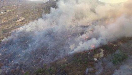 Vídeo mostra área atingida por incêndio florestal em Serra Negra do Norte, RN