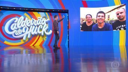 Luciano conversa com Rogério no palco do Caldeirão