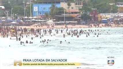 Banhistas curtem a praia em Salvador, apesar de decreto que proibe o acesso