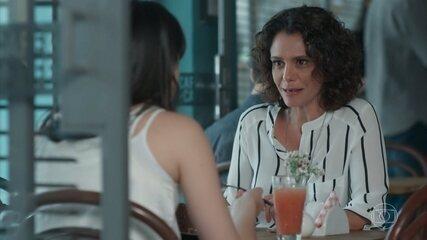 Marta convida Lica para passar um tempo em Paris