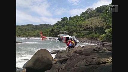Vídeo mostra resgate de banhista caído nas pedras na costa de Guarujá, SP